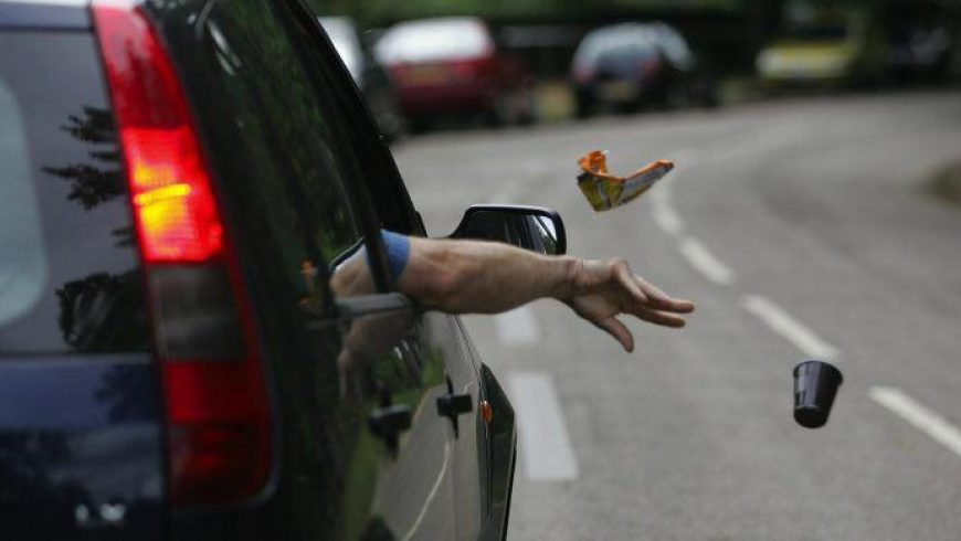 جریمه نقدی پرتاب زباله از خودرو به بیرون اعلام شد